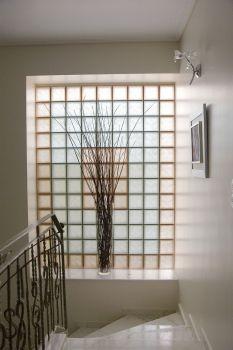 Τα υαλότουβλα στον τοίχο της σκάλας παρέχουν τη δυνατότητα φυσικού φωτισμού.