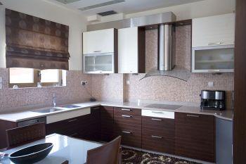 Η κουζίνα συνδυάζει την πολυτέλεια με άνεση και τη λειτουργικότητα
